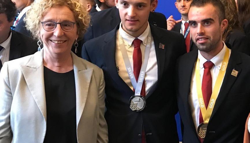 Le 8 octobre, la ministre du Travail félicite Allan 21 ans médaille d'argent en taille de pierre et Alexis 21 ans médaille d'or en menuiserie aux WorldSkills de Kazan en 2019. //©Etienne Gless