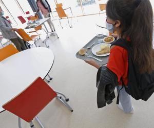 """À partir du 2 novembre, des mesures particulières """"pour la cantine ou la récréation"""" vont être mises en place dans les collèges et lycées."""
