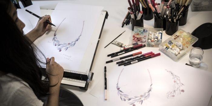 Munie de ses crayons, Céline prépare ses croquis.    © Mat Jacob Tendance  Floue pour l Etudiant d9460f0c825d