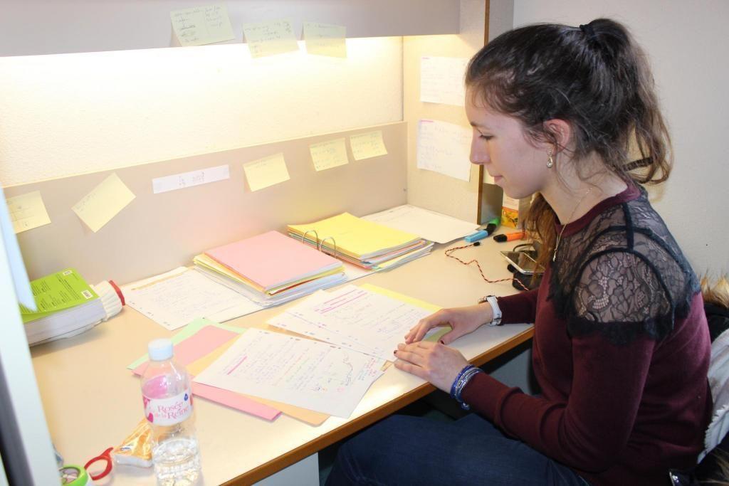 Tiffany a aménagé le coin bureau de sa chambre pour pouvoir se consacrer uniquement aux révisions : classeurs, livres et Post-it. //©Delphine Dauvergne