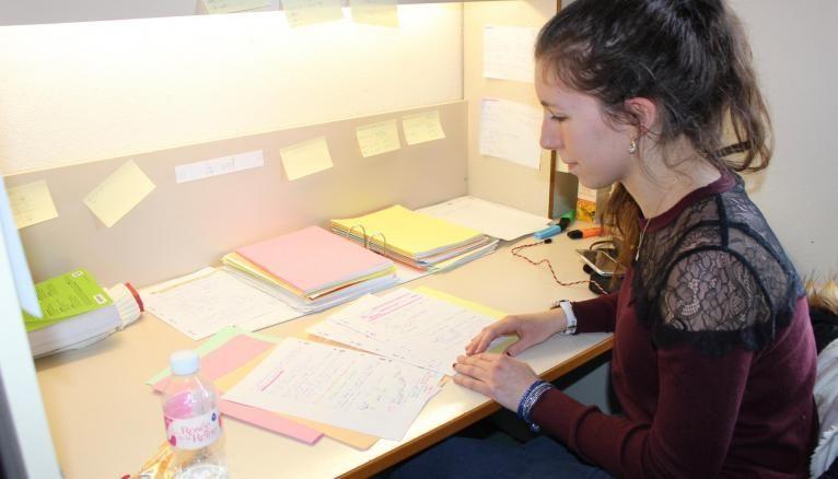 Tiffany a aménagé le coin bureau de sa chambre pour pouvoir se consacrer uniquement aux révisions : classeurs, livres et Post-it.