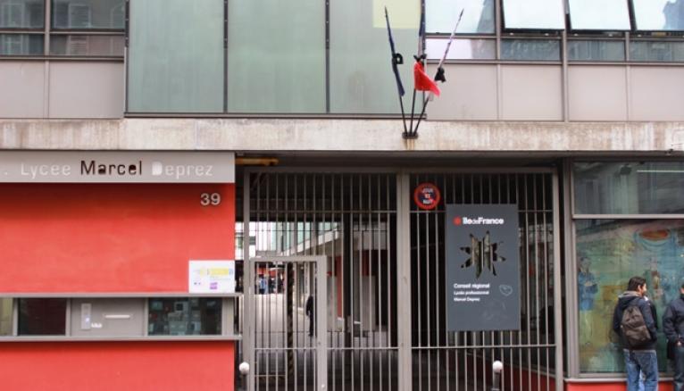 Les drapeaux sont en berne devant le lycée Marcel-Deprez, dans le XIe arr. de Paris.