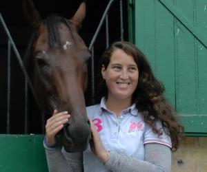 Joséphine, 28 ans, est entraîneuse de chevaux de course à Chantilly (Oise) s'est installée à son compte début septembre 2016. Ici en compagnie de Prince Indy !