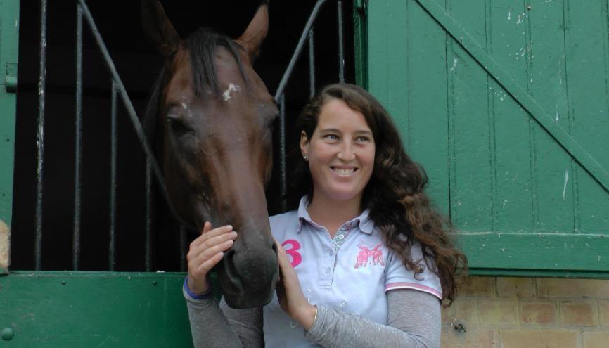 Joséphine, 28 ans, est entraîneuse de chevaux de course à Chantilly (Oise) s'est installée à son compte début septembre 2016. Ici en compagnie de Prince Indy ! //©Etienne Gless