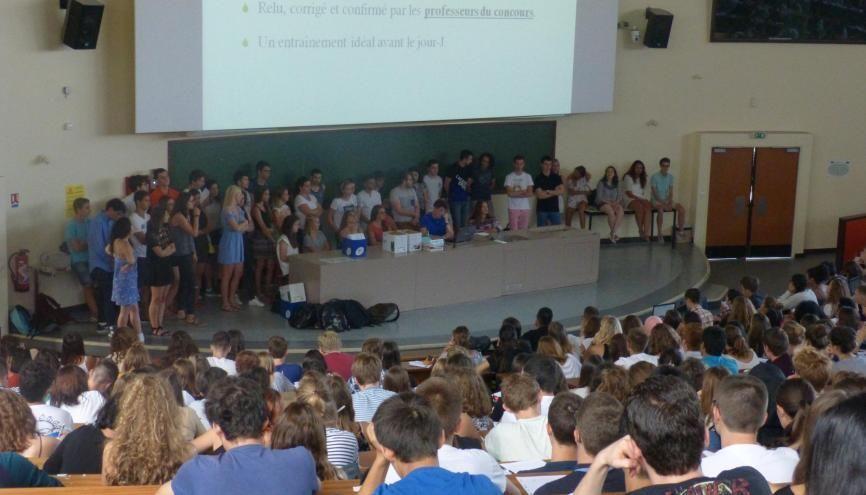 À la fac de médecine de Dijon, tous les tuteurs  se sont réunis pour une première réunion d'information générale devant les étudiants de PACES. //©Camille Jourdan