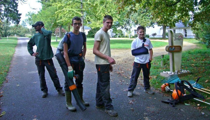 Faraz, Antoine, Jean-Louis et Mathias, ont intégré il y a un an l'école de production de Briacé pour devenir ouvriers du paysage. //©Catherine de Coppet