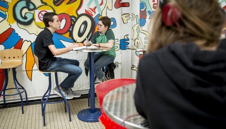 Mana en pleine discussion avec Louis, l'autre délégué de la classe. Ils préparent toujours les réunions ensemble.