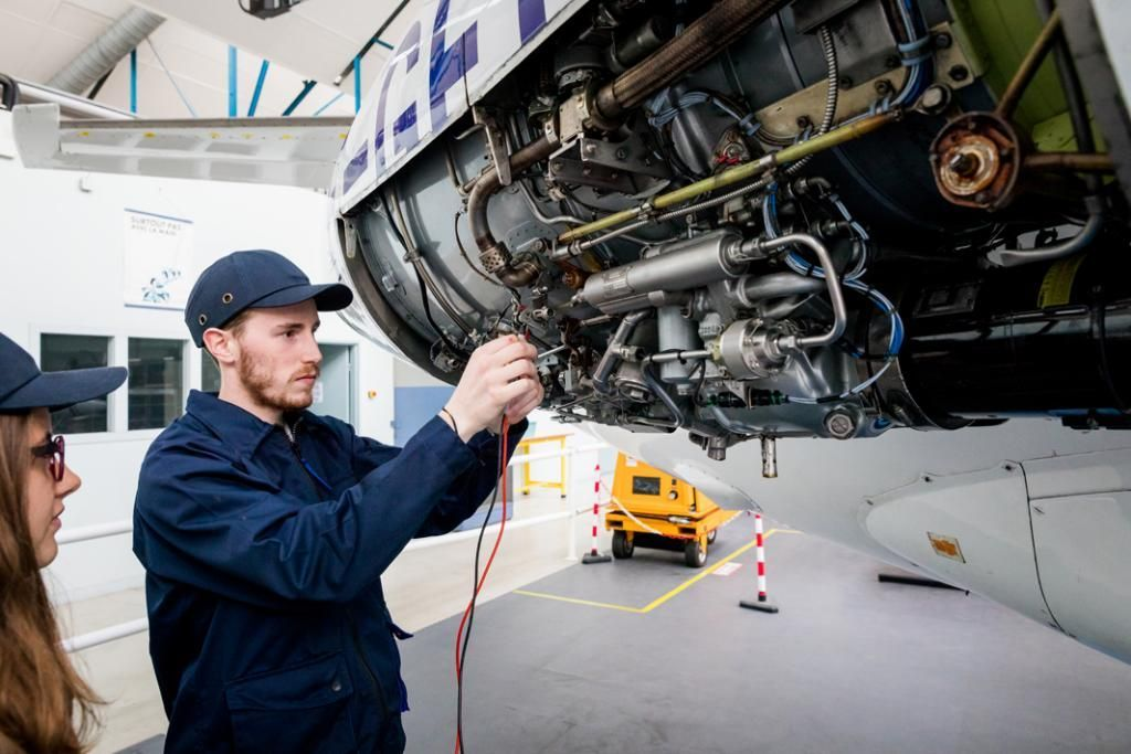 Le BTS aéronautique attire chaque année 1.100 candidats pour 20 places. Ici, un étudiant de ce BTS décortique le moteur d'une Corvette d'Airbus. Le constructeur, principal recruteur dans la région, est dans tous les esprits. //©Thomas Louapre / Divergence pour l'Étudiant
