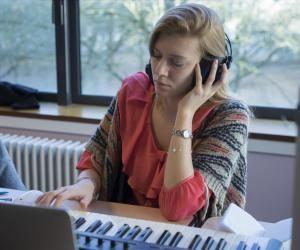 Quels sont les meilleurs master en arts, langues et lettres ? Ici, une étudiante en master MEEF musique de l'université de Tours.