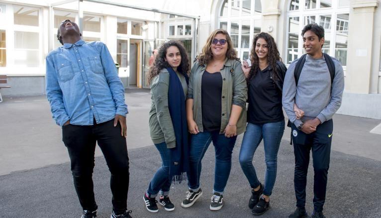 Joana (au centre), 17 ans, est en terminale pro administration et gestion au lycée Érik-Satie, à Paris.