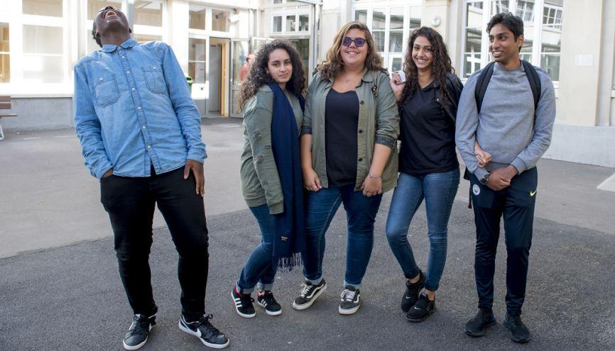 Joana (au centre), 17 ans, est en terminale pro administration et gestion au lycée Érik-Satie, à Paris. //©Cyril Entzmann/ Divergence pour l'Etudiant