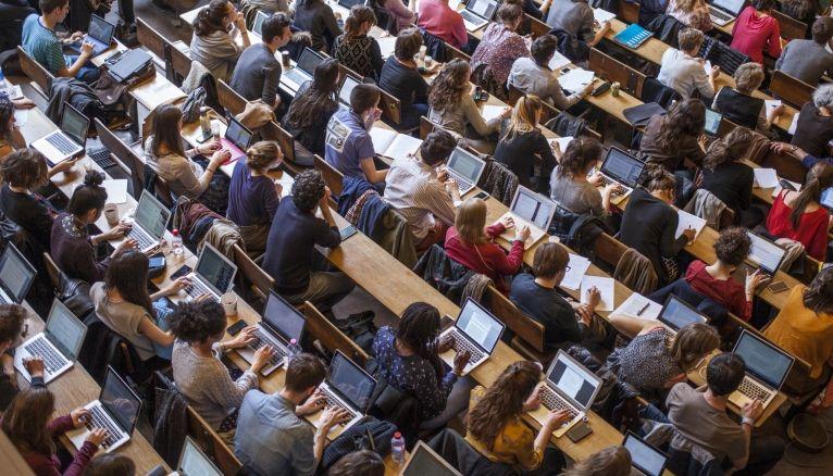 Dans l'amphi Émile-Boutmy, face aux étudiants, se succèdent des personnalités du monde politique ou des spécialistes reconnus dans leur domaine de compétence.
