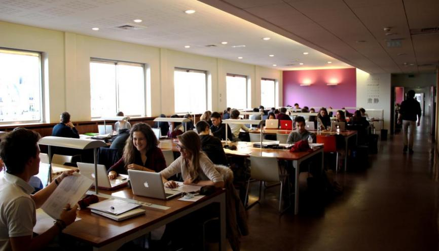 """Bibliothèque de l'université Paris-Dauphine. Les étudiants du programme """"Égalité des chances"""" profitent pendant leur première année d'un triple parrainage. //©Marie-Anne Nourry"""