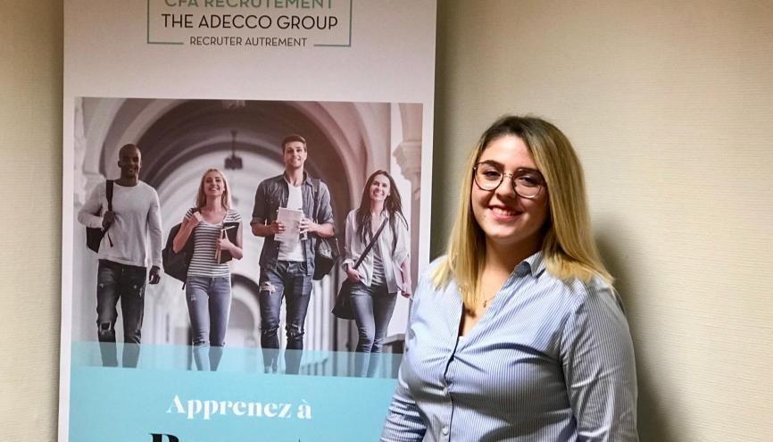 Cyrielle, 21 ans, apprentie chargée de recrutement chez The Adecco Group se forme au CFA de son entreprise //©Etienne Gless