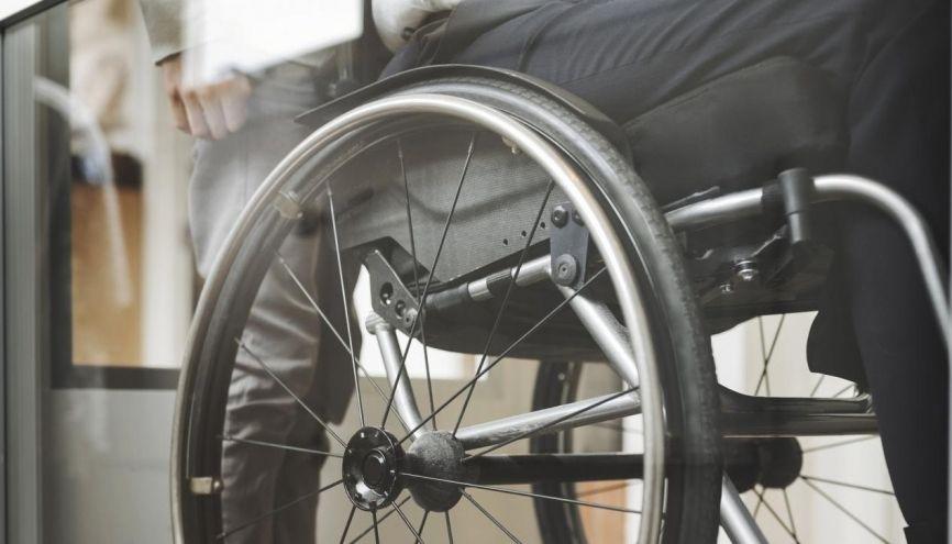 De l'installation dans la salle d'examen à une aide humaine pendant l'épreuve, les aménagements pour les élèves handicapés sont variés. //©plainpicture/Maskot