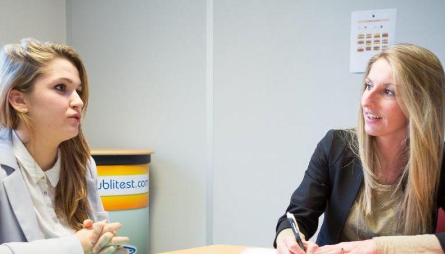 """""""L'entretien avec Déborah a confirmé la bonne impression que m'avaient donné son CV et sa lettre de motivation"""", Sandy Dupin de Saint-Cyr. // © Florence Levillain //©Florence Levillain"""