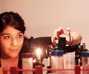 Diplômée de l'Institut d'optique Graduate School et de HEC, Anaïs lie technologie et entrepreneuriat.