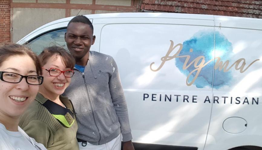 Au début de l'été Marine, artisan peintre, a embauché ses deux premiers salariés, Julie et Lassina. //©Photo fournie par le témoin