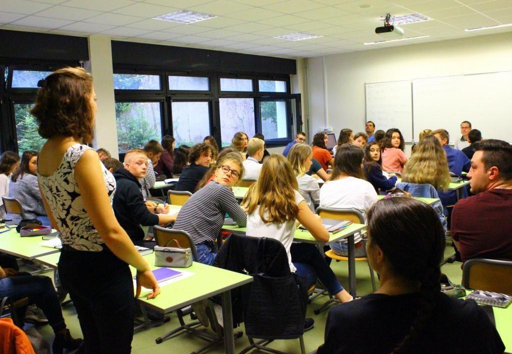 Tour à tour les élèves de la prépa véto du lycée Pothier d'Orléans se présentent devant leur classe. //©Delphine Dauvergne