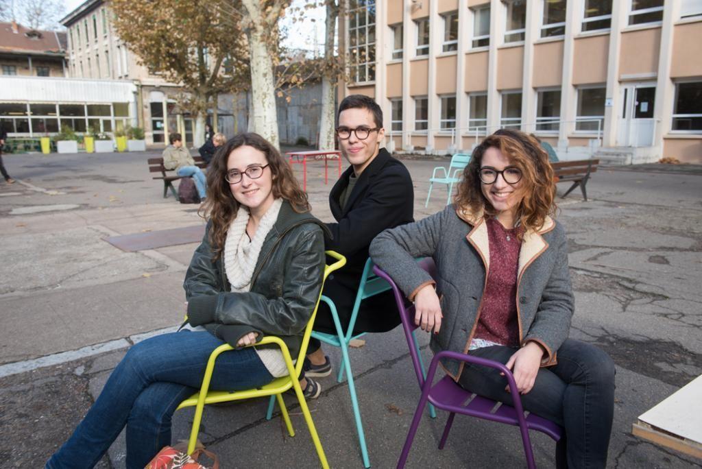 Éléa (à gauche), Louis et Océane (à droite), étudient en deuxième année de BCPST. //©Olivier GUERRIN pour L'Étudiant