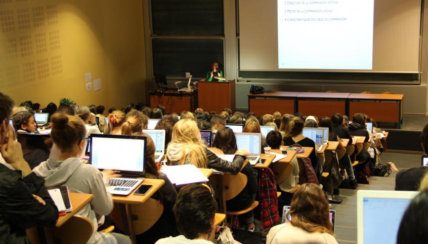La licence de psychologie attire de nombreux étudiants, mais attention au poids des matières scientifiques. //©Camille Stromboni