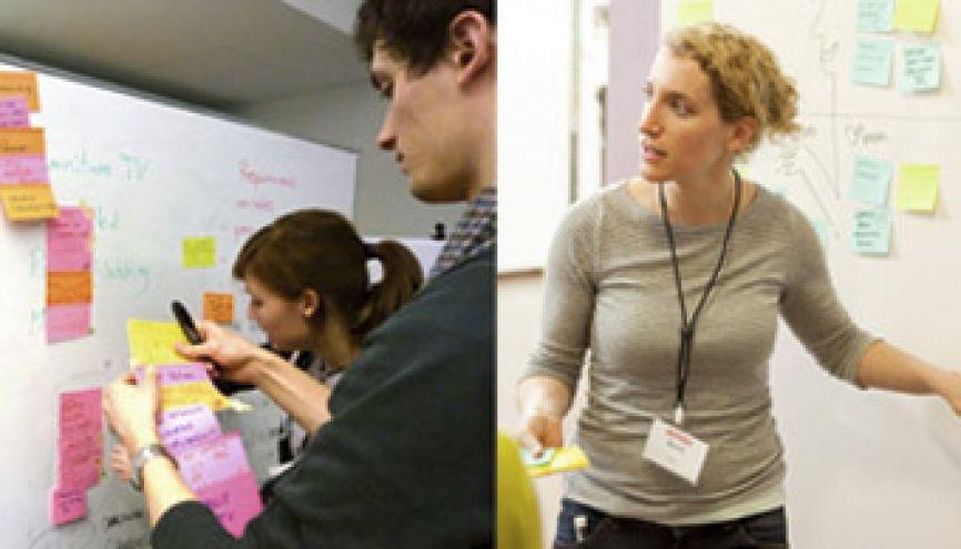 """Avec la """"pensée design"""", les post-it remplacent les cahiers. De Stanford (à droite) à Marne-la-Vallée (à gauche), le """"design thinking"""" (ou """"pensée design"""") envahit les campus. //©d.School Paris-Est- École des ponts / France ; d.School Stanford / États-Unis"""