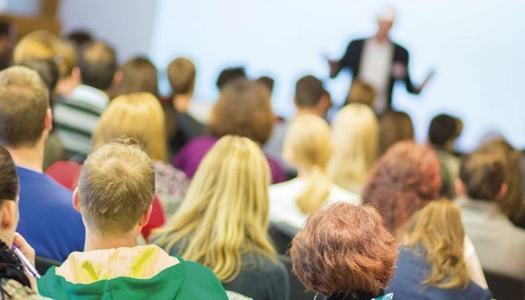 L'université propose deux filières. La première, généraliste, se décompose en trois cycles d'études : licence, master, doctorat. La seconde, professionnelle, prépare à entrer dans la vie active. DEUST, DUT, licences professionnelles … Suivez le guide !