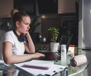En présentiel ou à distance, la communication, avec votre maître de stage et vos collègues, est la clé d'un stage réussi.