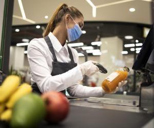 Les commerces alimentaires recherchent des hôtes et hôtesses de caisse pour la fin de l'année.