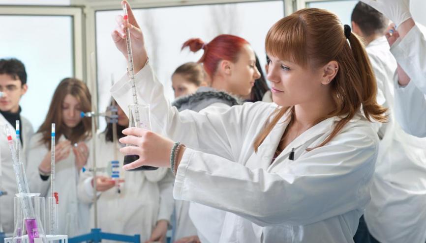 L'enseignement Sciences et laboratoire fait partie des enseignements d'exploration les plus prisés par les élèves. //©Fotolia