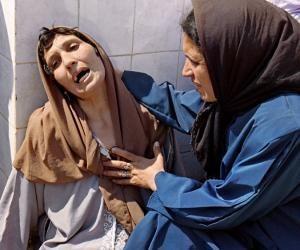 Une femme pleure la mort de membres de sa famille à Bentalha, le 23 septembre 1997.