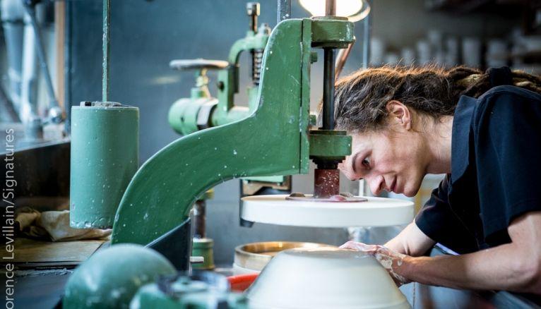 Alexandre a intégré laManufacture nationale de Sèvres après un BMA (brevet des métiers d'arts) céramique.