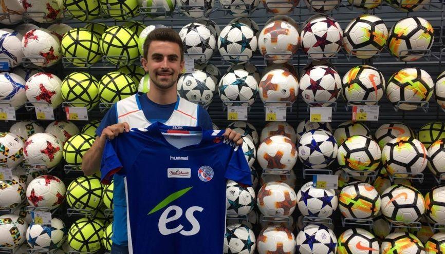 Arnaud a pu allier ses études et sa passion en devenant vendeur dans un magasin de sport. //©Photo fournie par le témoin