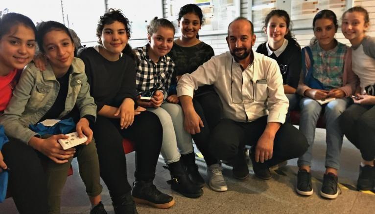 Ces élèves de 5e participaient à la Fête de la Science à Paris. Ici avec leur enseignant de physique-chimie, Kamal Elachi.
