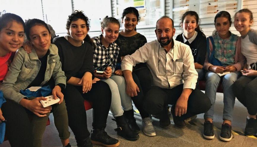 Ces élèves de 5e participaient à la Fête de la Science à Paris. Ici avec leur enseignant de physique-chimie, Kamal Elachi. //©Catherine de Coppet