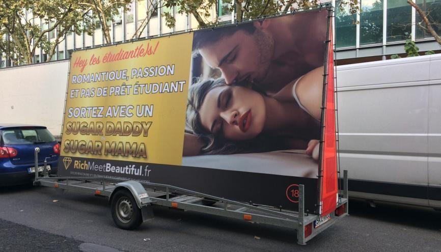 Le site RichMeetBeautiful.fr fait sa publicité devant les facs parisiennes. //©Martin Rhodes