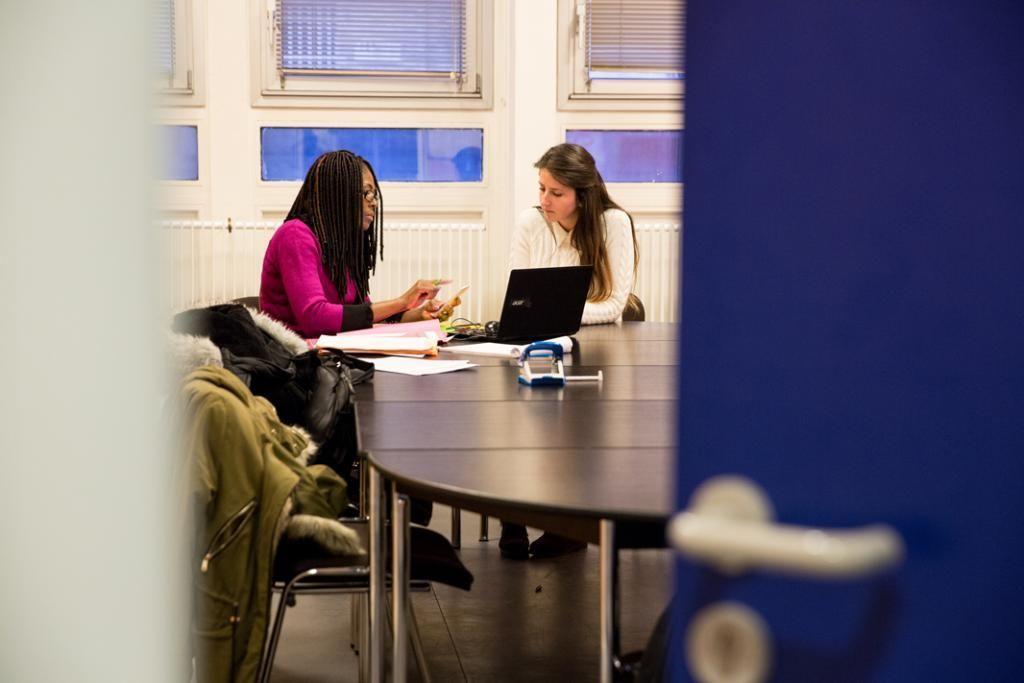 Ana fait le point régulièrement avec Marie Dumas, sa formatrice référente.  //©Florence Levillain pour L'Étudiant