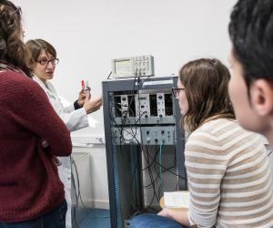 Des étudiantes en master ingénierie nucléaire de l'université de Grenoble suivant un cours de travaux pratiques.