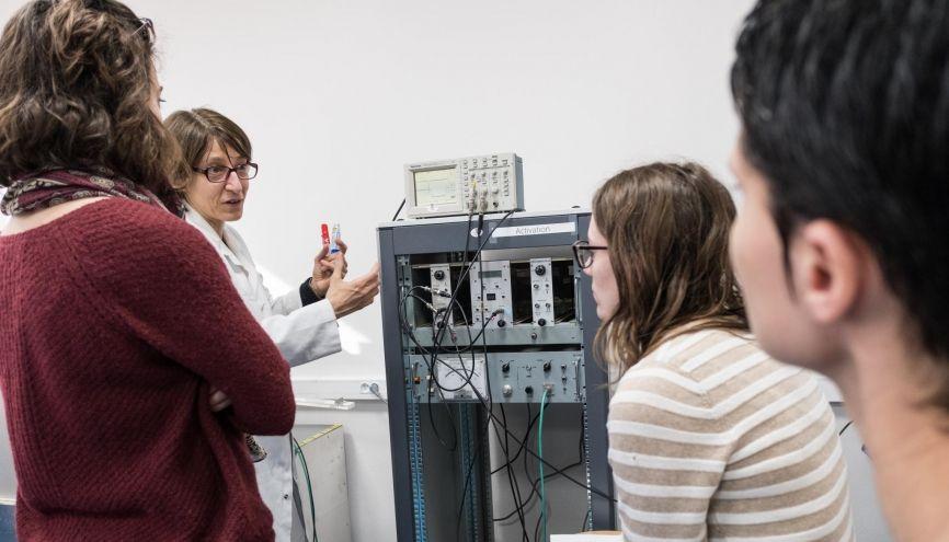 Des étudiantes en master ingénierie nucléaire de l'université de Grenoble suivant un cours de travaux pratiques. //©Pablo CHIGNARD/ Hanslucas pour l'Etudiant