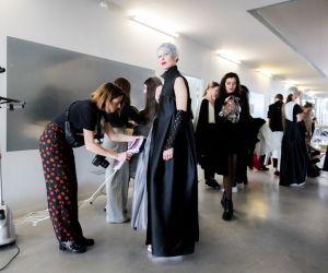 """Un dernier coup de fer à repasser. Le """"projet défilé"""" est, pour les étudiants, l'un des moments les plus attendus de l'année. Ici, l'Atelier Chardon-Savard, de Nantes."""