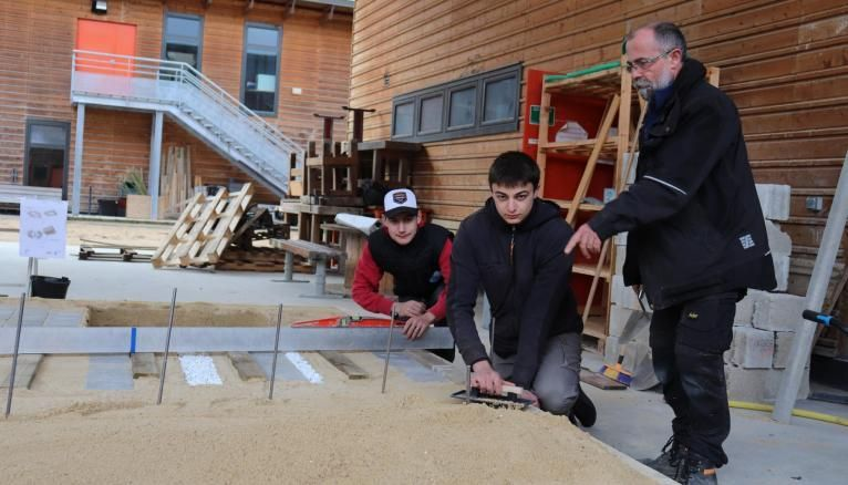 De gauche à droite : Steven, Vincent, élèves au lycée agricole et leur professeur de travaux paysagers, Franck Zawadka.