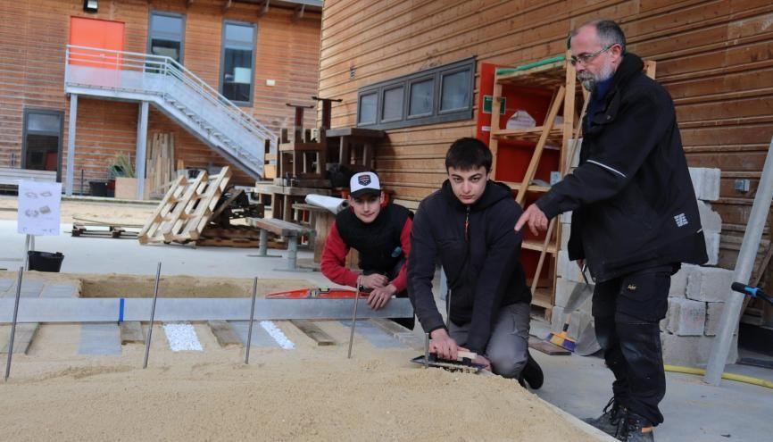 De gauche à droite : Steven, Vincent, élèves au lycée agricole et leur professeur de travaux paysagers, Franck Zawadka. //©Marion Floch