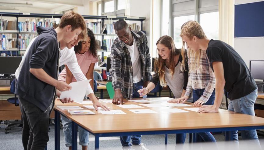 En DUT, on privilégie les travaux en petits groupes, et les projets d'équipe. //©Monkey Business/Adobe Stock