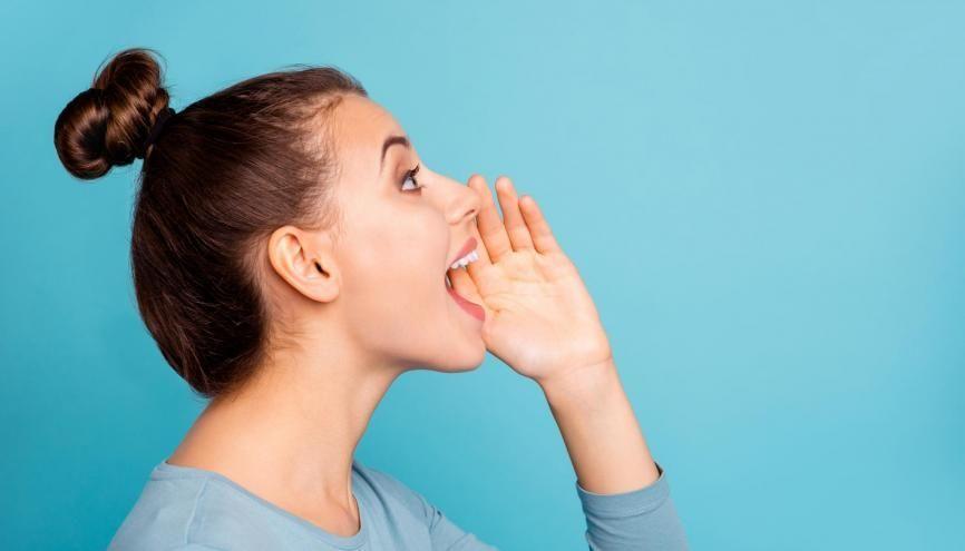 """Le nom """"voix"""" désigne le son produit par le larynx humain, permettant de s'exprimer. //©Adobe Stock/deagreez"""