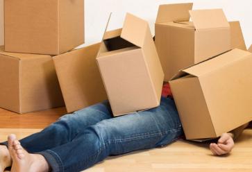 Vous croulez sous les cartons ? Allez, prenez le temps d'en rire. //©Cloudfront