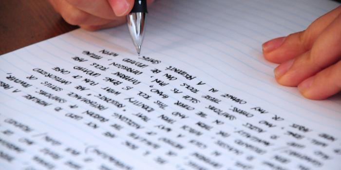 Selon que votre mémoire est visuelle ou auditive, écrivez vos cours ou récitez-les.