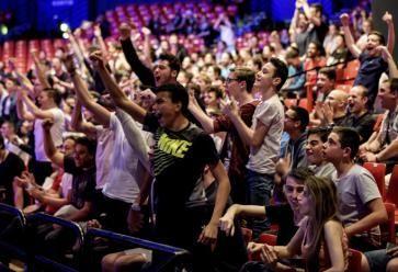 Des milliers dans la salle, des millions à travers le monde : les compétitions d'e-sport rassemblent. //©REA Milan Szypura