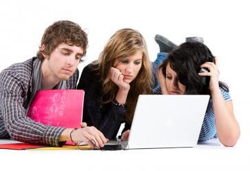 Etudiants devant un ordinateur //©