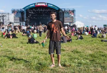 """Antoine, 20 ans, est venu pour """"les bons groupes, la bière et l'ambiance"""". //©Leonor Ananké"""