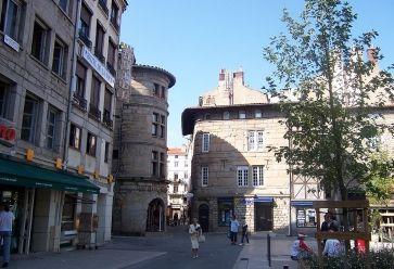 Le soir venu, à Saint-Étienne, les vieilles rues s'animent autour des bars. //©Wikijoe / Wikimedia Commons